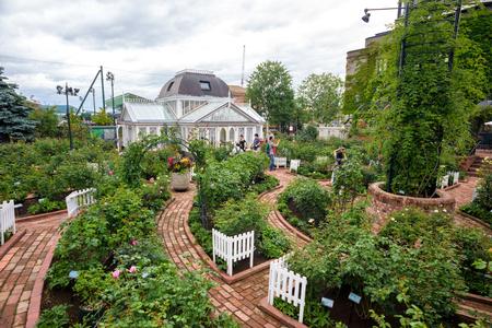 HOKKAIDO, JAPÓN - 22 DE JULIO DE 2015: El jardín de rosas en Shiroi Kohibito Park. Shiroi Kohibito Park es un fantástico parque dentro de la fábrica de chocolate Ishiya.