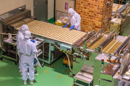 HOKKAIDO, GIAPPONE - 22 LUGLIO 2015: Le linee di produzione di Shiroi Kohibito all'interno della fabbrica di cioccolato di Ishiya a Sapporo, Hokkaido, Giappone. Lo Shiroi Kohibito è un cookie in stile europeo. Archivio Fotografico - 81028012
