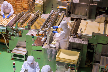chocolatería: HOKKAIDO, JAPAN - JULY 22, 2015: The production lines of Shiroi Kohibito inside Ishiya Chocolate Factory in Sapporo, Hokkaido, Japan. The Shiroi Kohibito is a European-style cookie.