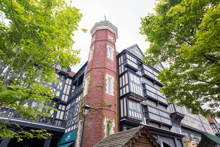 HOKKAIDO, JAPÓN - 22 DE JULIO DE 2015: El edificio de Ishiya Chocolate Factory y de Shiroi Kohibito Park en Sapporo, Hokkaido, Japón.
