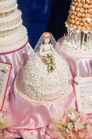 HOKKAIDO, JAPÓN - 22 de julio de 2015: Pastel de bodas hermosa sugarcrafts en Sugar Craft Studio dentro de la fábrica de chocolate Ishiya en Sapporo, Hokkaido, Japón. Editorial