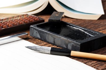 Nahaufnahme traditionelle Schreibpinsel auf dem Desktop, japanische Schreibpinsel, chinesische Schreibpinsel