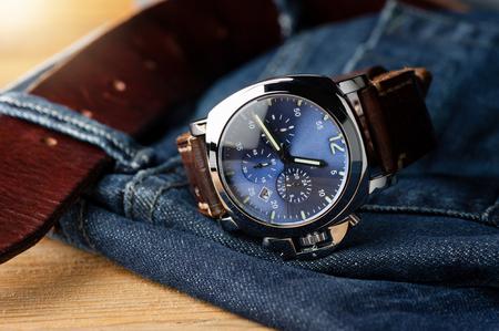 zafiro: reloj de moda de lujo con esfera azul y correa de reloj de cuero marrón (correa de reloj de estilo ammo) Foto de archivo