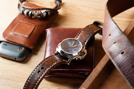 cronógrafo: reloj de moda de lujo con esfera azul y correa de reloj de cuero marrón (correa de reloj de estilo ammo) Foto de archivo