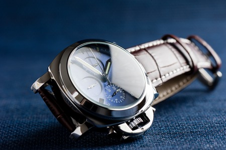 cronógrafo: luxury fashion watch with blue dial and brown crocodile grain leather watch band