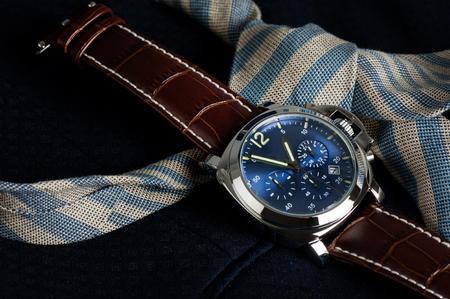 Mode de mode montre avec le bleu detroit et brun pantalon de crocodile de la tête de papier de bande dessinée Banque d'images - 87467951