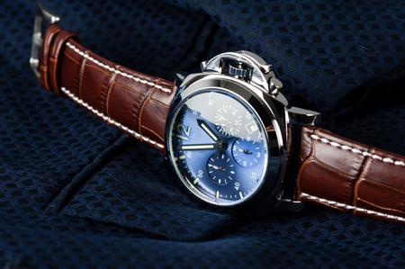 cronógrafo: reloj de moda de lujo con esfera azul y correa de reloj de cuero de cocodrilo marrón