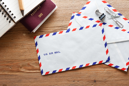air mail envelope on the wood table Imagens