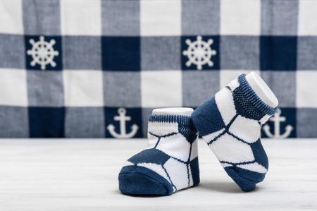 nouveau bébé chaussettes sur planche de bois blanc, nouveau-né et bébé concept