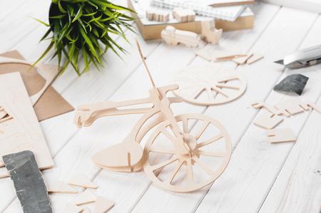 pegamento: Balsa wood bicycle model kits, Hobby and leisure concept
