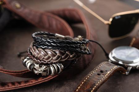 pulseras de cuero de primer plano para hombres, estilo casual de accesorios para hombres. Poca profundidad de campo.