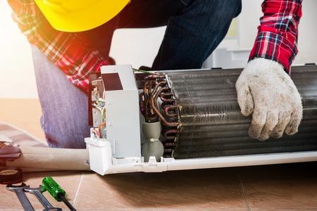 Klimaservice, Reparatur & Wartungskonzept. Nahaufnahme an einer Inneneinheit-Spule. Standard-Bild