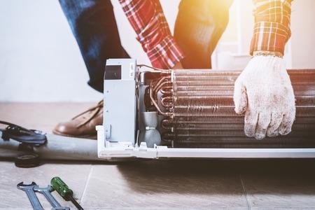 Concepto de servicio, reparación y mantenimiento de aire acondicionado. primer plano en una bobina de la unidad interior.