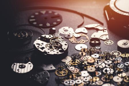 Reparaturkonzept für mechanische Uhren. Nahaufnahme der Teile der mechanischen Armbanduhr.