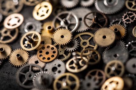 concetto di riparazione di orologi meccanici. primo piano le parti dell'orologio da polso meccanico.