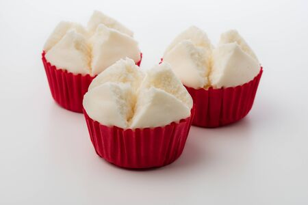 Thai steamed cupcakes isolated over white background. Thai steamed cupcakes or cotton wool cupcakes also called Pui Fai in Thai. Pui Fai is light and fluffy traditional Thai dessert. 免版税图像
