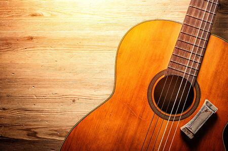 Nahaufnahme klassische Gitarre mit Mundharmonika über Holz Hintergrund