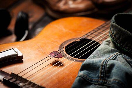 Primer púa de guitarra en una vieja guitarra clásica. Una púa de guitarra es una púa que se usa para guitarras.
