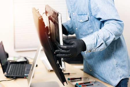 Technician reparing a broken computer. Computer service and repair concept. 免版税图像 - 166344438