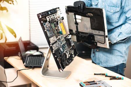 Technician reparing a broken computer. Computer service and repair concept. 免版税图像 - 166680706