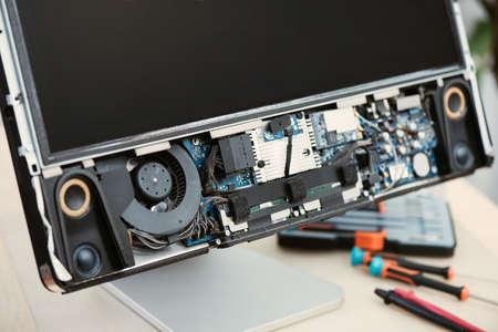 Closeup computer parts inside the broken computer. Computer service and repair concept. 免版税图像 - 166344451