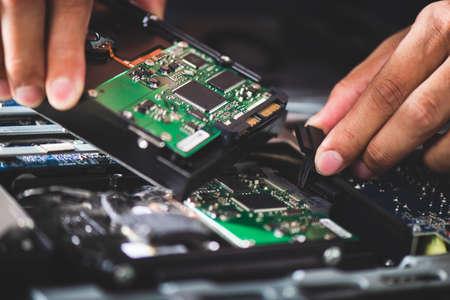 Technician reparing a broken computer. Computer service and repair concept. 免版税图像 - 166344478