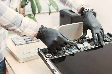 Technician reparing a broken computer. Computer service and repair concept. 免版税图像 - 167236872