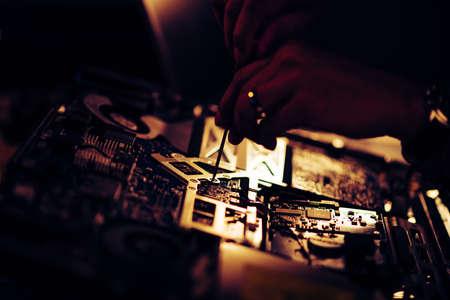 Technician reparing a broken computer. Computer service and repair concept. 免版税图像 - 167236880