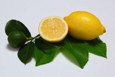 Lemon put on the leaf photo