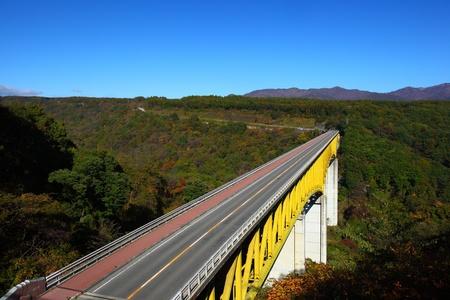ponte giapponese: Cielo blu e ponte in altopiano, Yamanashi giappone Editoriali
