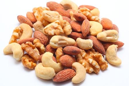 Gemengde noten op een witte achtergrond