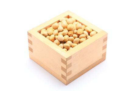 白い背景の木製正方形カップの大豆