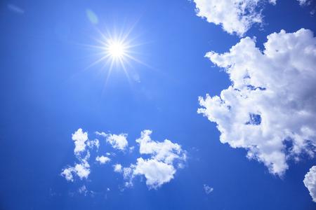 夏日的阳光和乌云