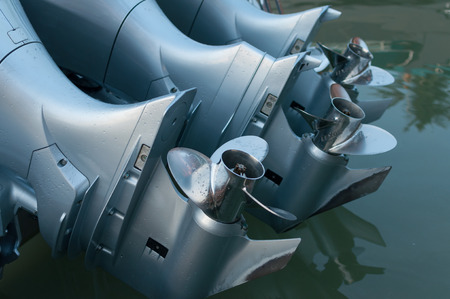 ボート エンジンのチューン アップとを最初に実行しようとしています。 写真素材 - 39231860
