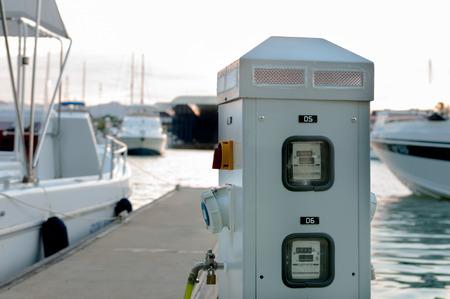 マリーナ電気と水の供給のボートやヨットを桟橋