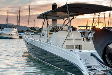 Petit amarrage de bateau à la marina avec coucher de soleil à Phuket en Thaïlande Banque d'images - 39561595