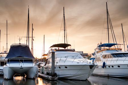 夕方にはタイのプーケット マリーナでボートとヨット 写真素材