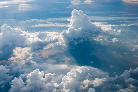 cielo: cumulonimbos vista de p�jaro de la ma�ana sobre el mar de Andaman, Tailandia Foto de archivo