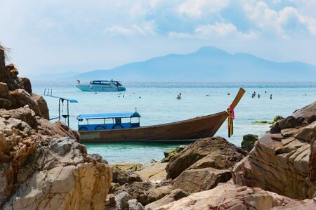 Traditional longtail boats docking in front of the beach at Phi Phi island, Krabi, Thailand Zdjęcie Seryjne