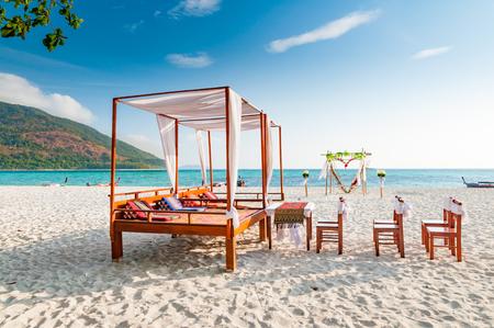 Pavilion chairs and wedding arch setup on the beach in a sunny blue sky day Zdjęcie Seryjne - 55772411
