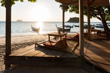 早い朝フロント ビーチ、タイの高級残りアジアン スタイル館 写真素材