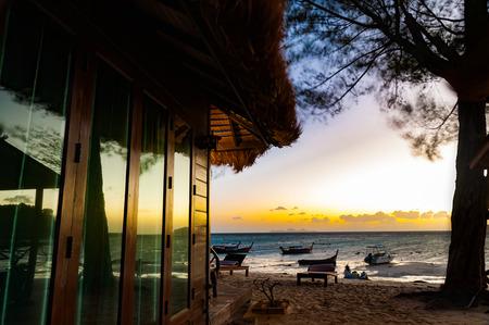 長い露出で日の出前に淡い海の家