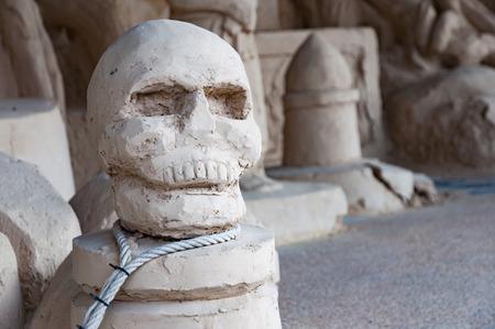 首にロープのループとホラー スカル彫刻 写真素材