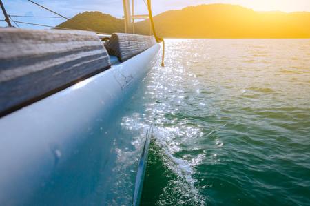 夕方には島へクルージング波に高級ヨットの側の選択と集中。光フィルター。 写真素材