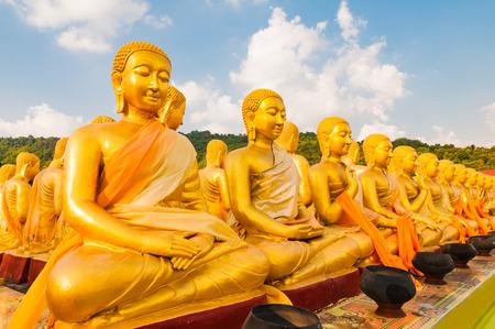 黄金の仏像の弟子タイ仏記念公園で