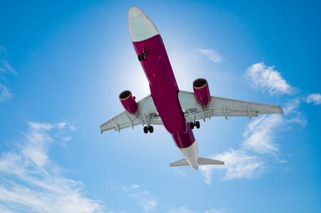 青い空と空港に着陸する飛行機は