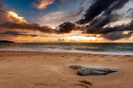 美しい雲と雨で日没後の魔法の瞬間。夕暮れビーチと木片。 写真素材