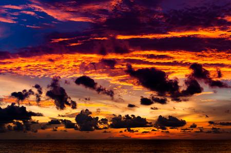 プーケット、タイのビーチの前に日没後黄金の黄昏時