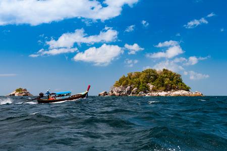 伝統的なロングテール ボートは、サトゥーン、タイのリペ島の周りの島を訪問する観光客をもたらす