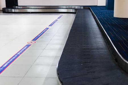 空港で荷物受取。持ち物、セレクティブ フォーカスを待っている乗客のためのカルーセル エリア 写真素材